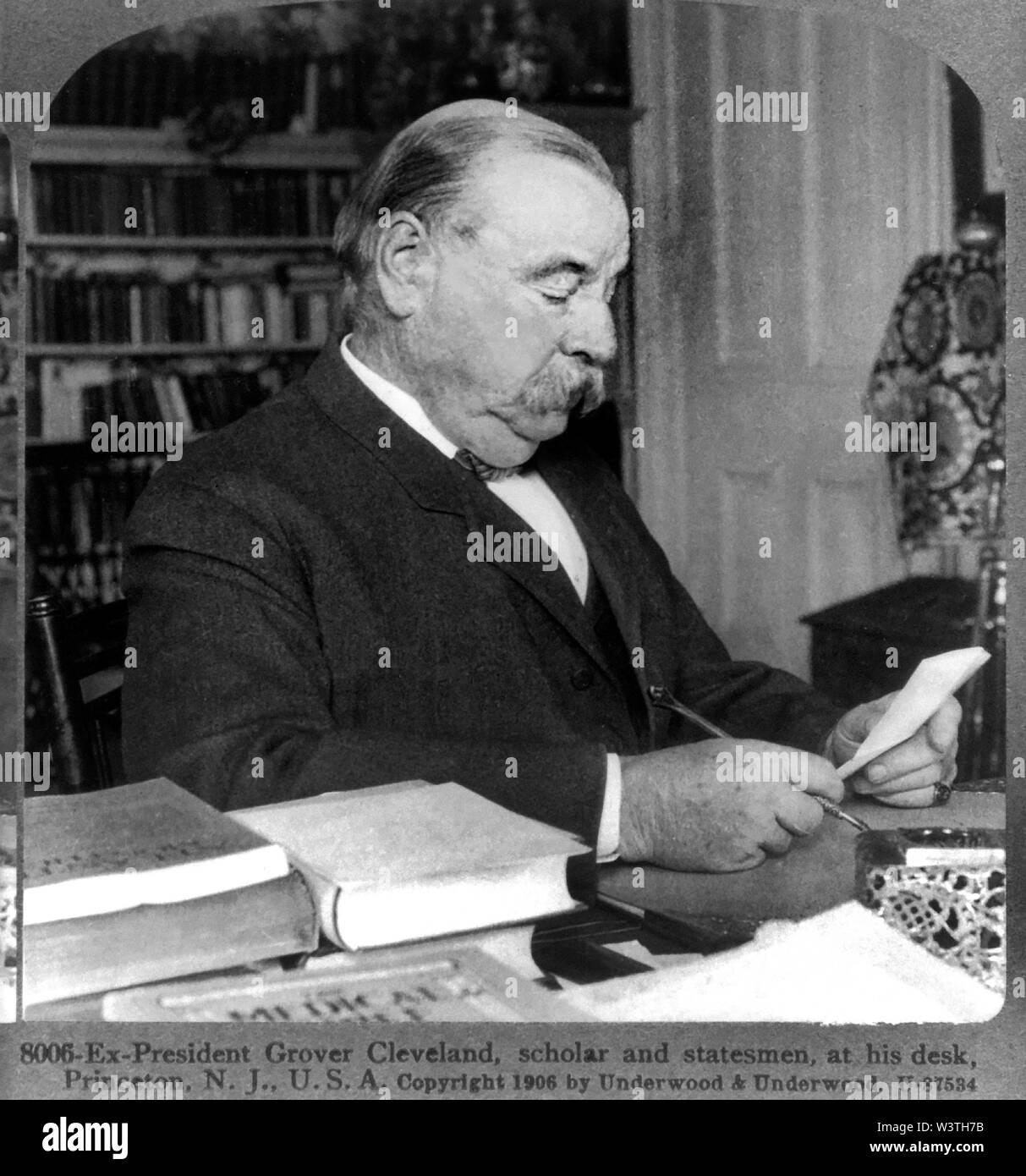 Ex-presidente Grover Cleveland en casa en Princeton, Nueva Jersey, EE.UU., tarjeta estéreo, Underwood & Underwood, 1906 Imagen De Stock