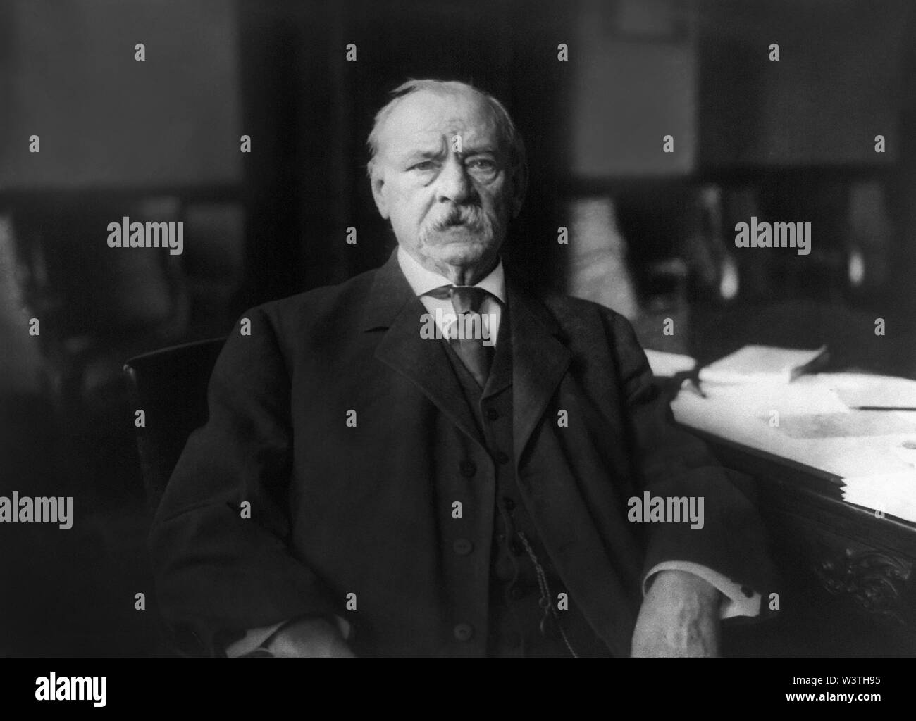 Grover Cleveland (1837-1908), 22º y 24º Presidente de los Estados Unidos 1885-89 y 1893-97, la cabeza y los hombros retrato en casa, Princeton, Nueva Jersey, Estados Unidos, Fotografía por New York Herald Company, 1908 Imagen De Stock