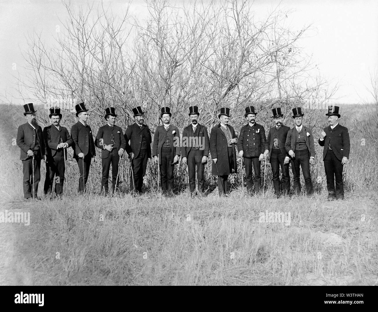 Grupo de demócratas en el tapón negro de seda sombreros durante la campaña presidencial de Grover Cleveland, Full-Length retrato, Mason City, Nebraska, Estados Unidos, Fotografía por Solomon D. Butcher, 1888 Imagen De Stock