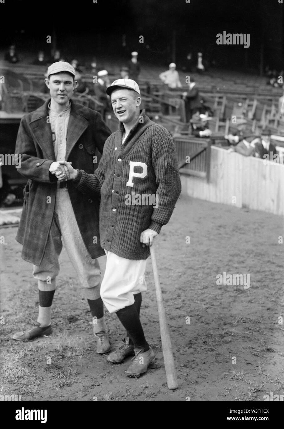 Ernie Shore (izquierda), Boston Red Sox, y Grover Cleveland Alexander, Filis de Filadelfia, un apretón de manos durante la Serie Mundial, Philadelphia, Pennsylvania, EE.UU., el Servicio de Noticias Bain, 1915 Imagen De Stock