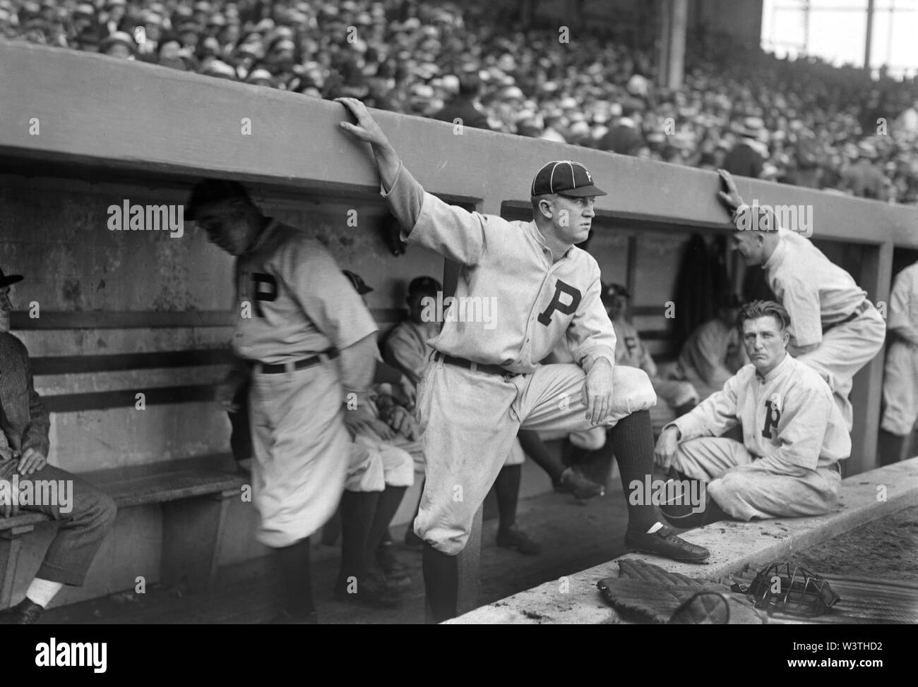 Grover Cleveland Alexander, retrato de pie en piragua pasos con jugadores no identificados, los Phillies de Filadelfia, informó el servicio de Noticias Bain, 1917 Imagen De Stock
