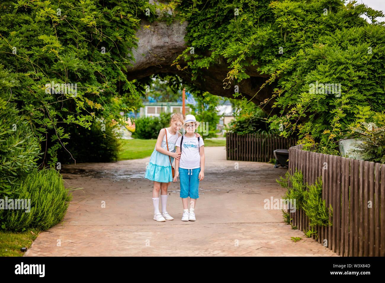 Chica rubia y jengibre enterteiment boy en el parque. Rusia, Sochi, Sochi-park, junio de 2018. Imagen De Stock