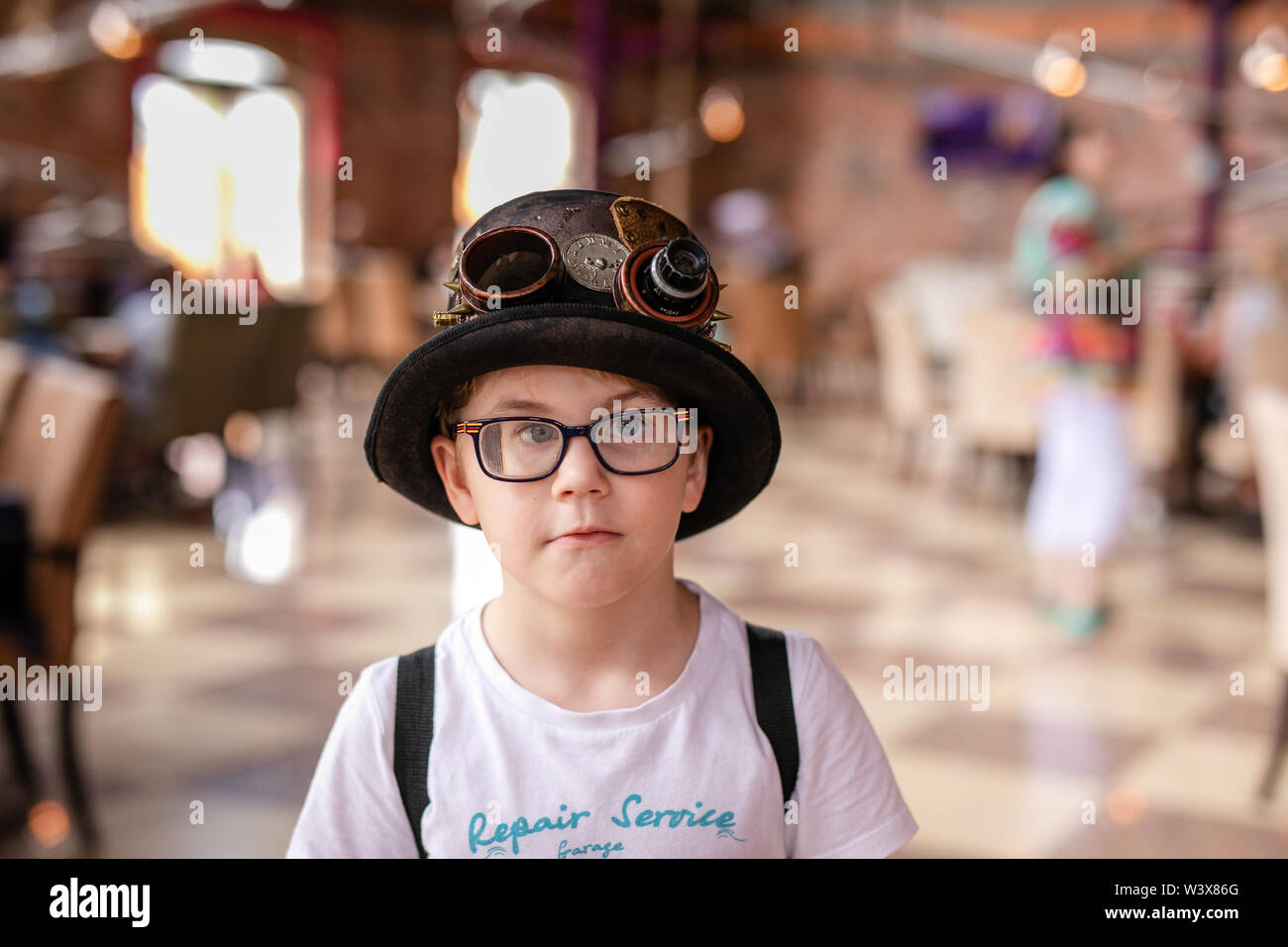 Restaurante y boy en el gracioso sombrero en el parque enterteiment. Rusia, Sochi, Sochi-park de junio de 2018 Imagen De Stock