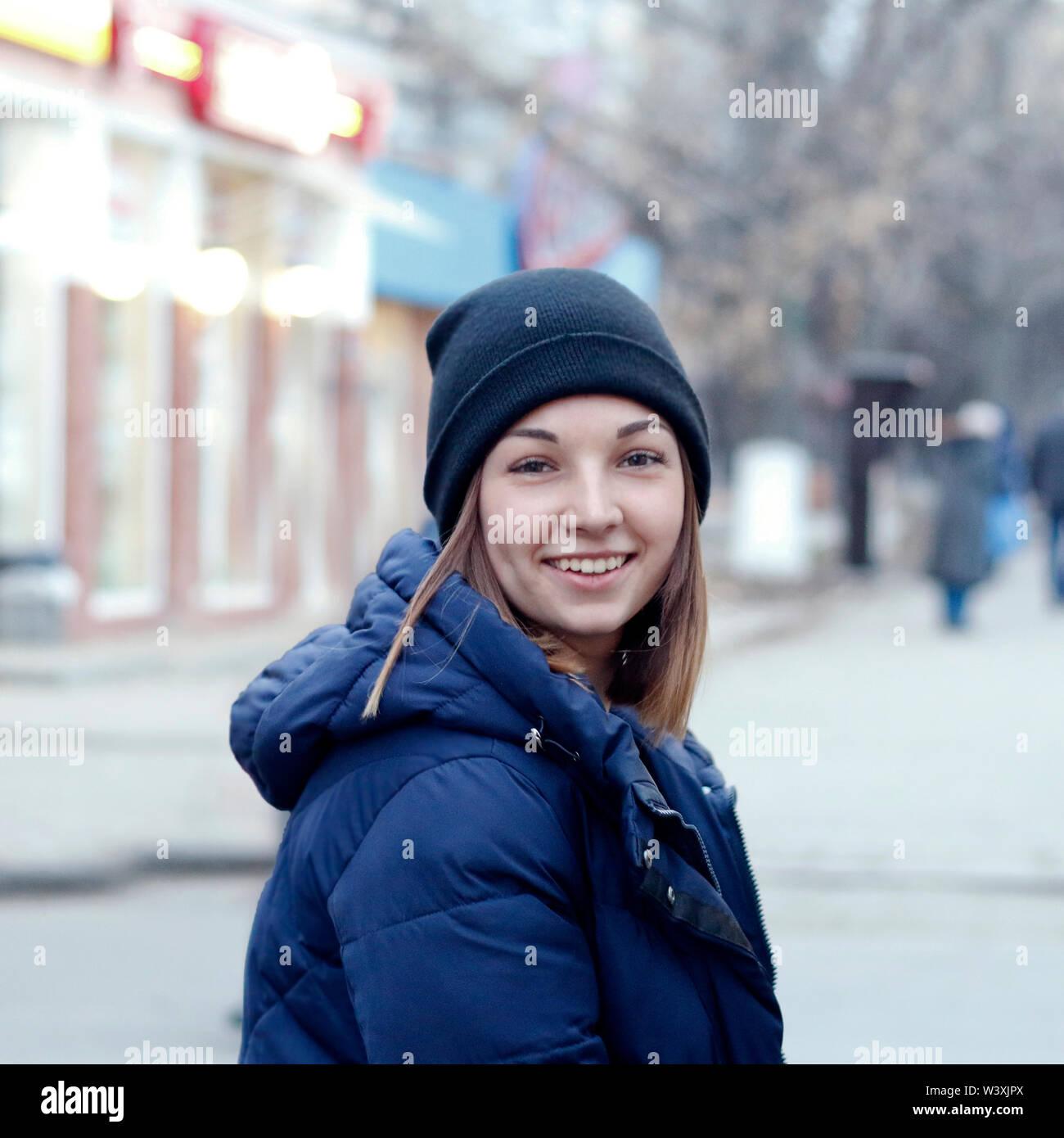 Linda chica en hat sonriendo en la calle Imagen De Stock