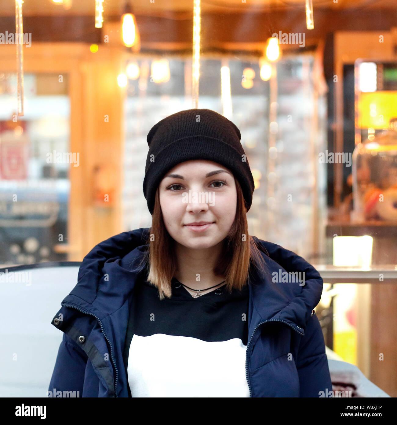 Retrato de una linda chica en la calle Imagen De Stock
