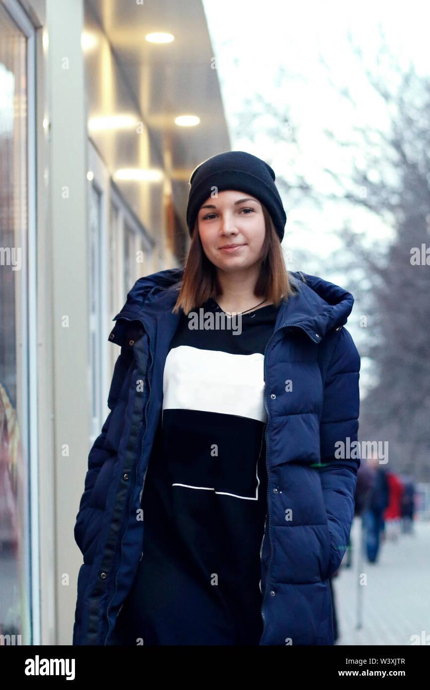 Retrato de una linda chica sonriente en la calle Imagen De Stock