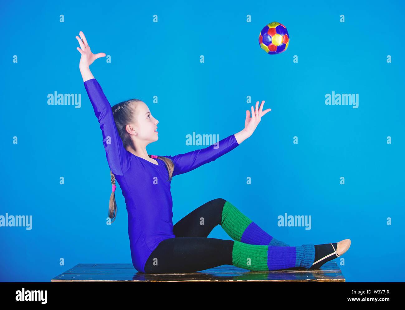 Flexible cuerpo sano. Practicar gimnasia difícil antes de la ejecución. Gimnasia Rítmica deporte combina elementos ballet danza. Niña pequeña gimnasta deportes leotard. La educación física y la gimnasia. Imagen De Stock
