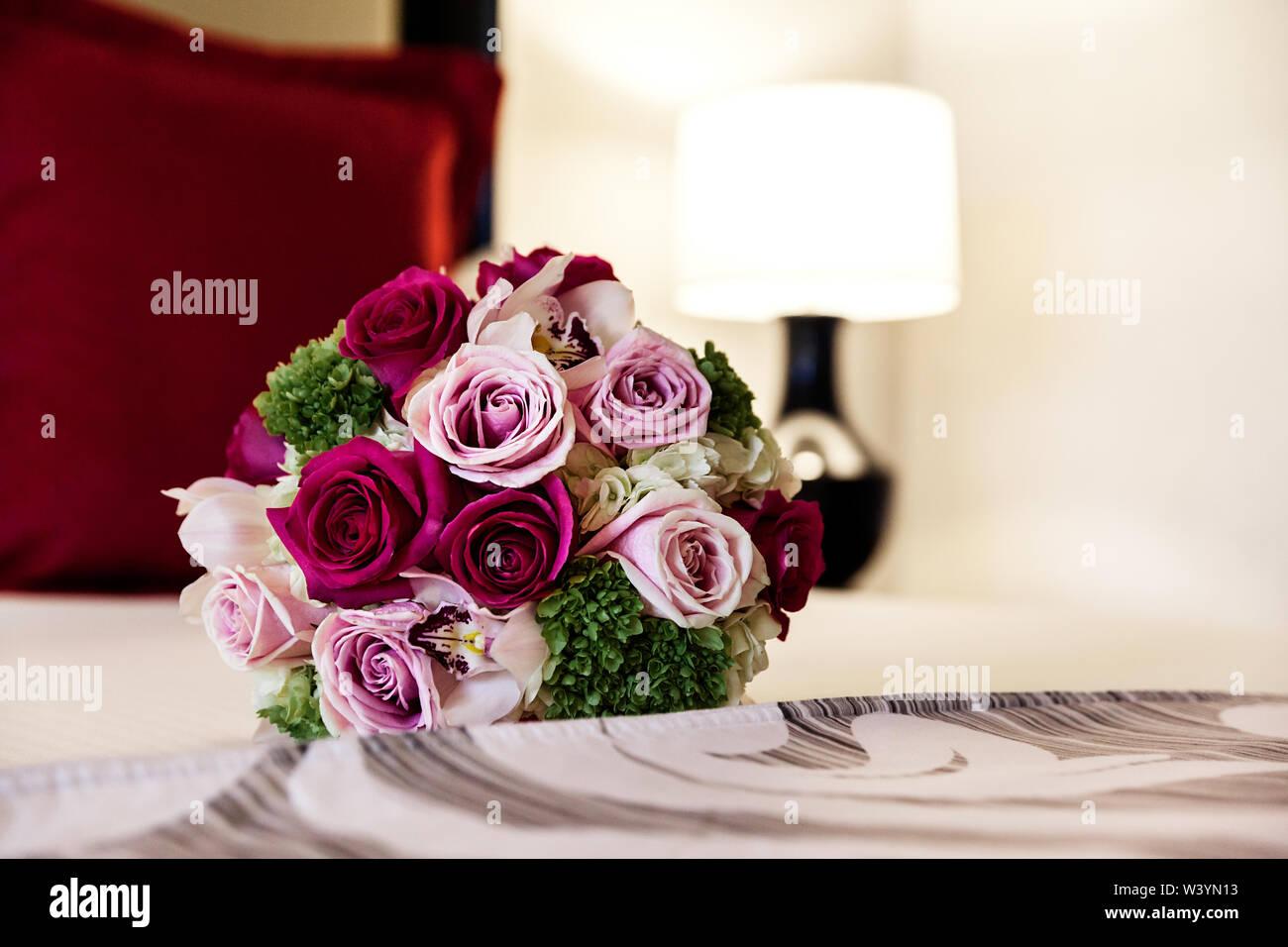 Primer plano de una hermosa boda tierno ramo de rosas en la cama - Imagen Imagen De Stock