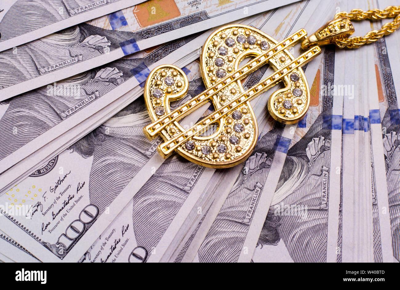 Signo de dólar Collar de oro en dólares de los Estados Unidos de billetes. Fondo de negocio financiero. Imagen De Stock