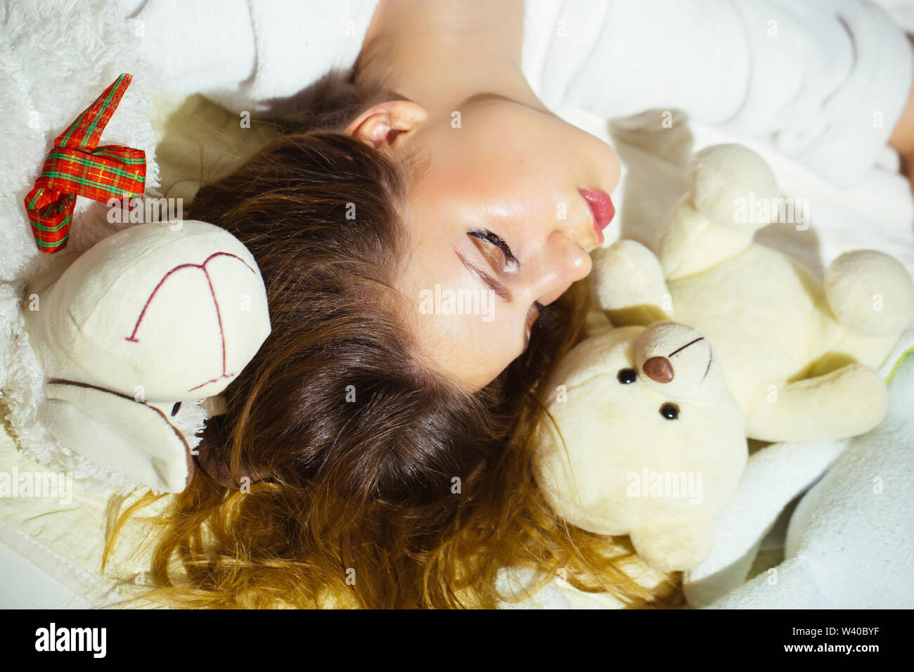 Licitación joven niña dormía con sus juguetes. Imagen De Stock