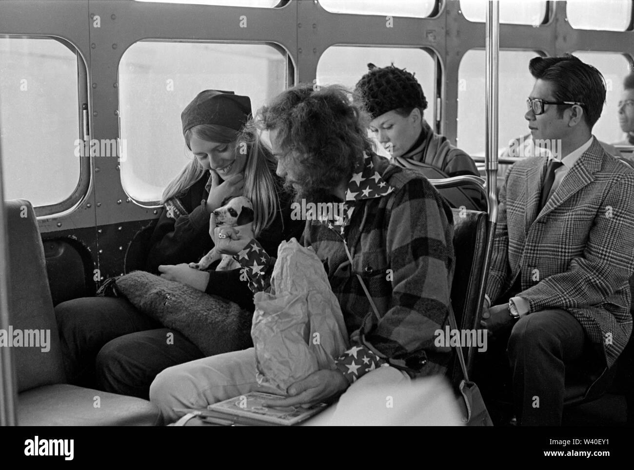 Los hippies hippie pareja americana con pet perrito Haight-Ashbury montando un bus en San Francisco. 1969 EE.UU. 60s 1960 Nosotros Homero SYKES Foto de stock