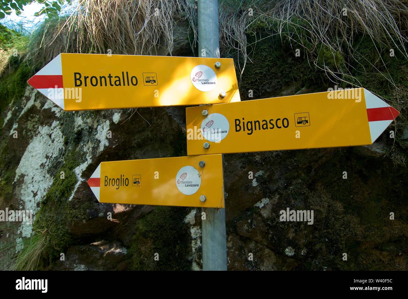 Algunos ruta de senderismo señal capturada en la aldea de Bignasco en el hermoso Valle de Maggia en Tesino, Suiza Foto de stock