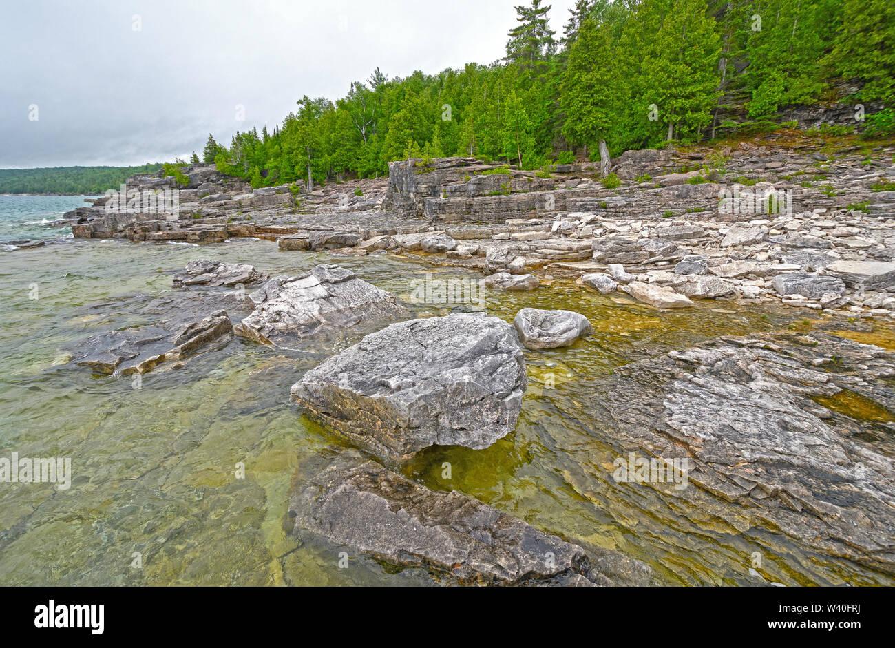 Rocas y pinos de la Georgian Bay Lake Shore en el Lago Huron en el Parque Nacional de la península de Bruce en Ontario, Canadá Foto de stock
