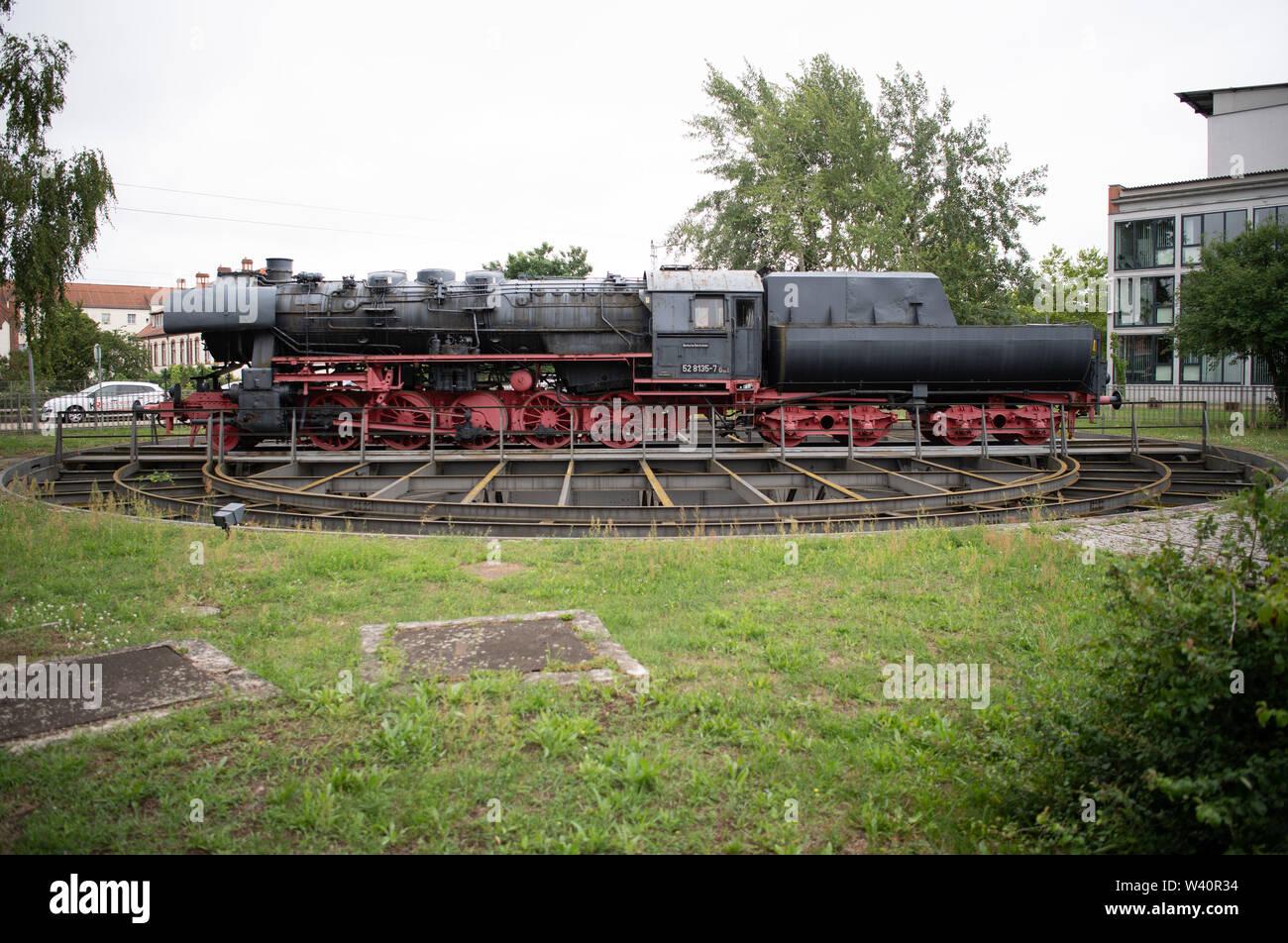 Wildau, Alemania. El 15 de julio, 2019. Una clase 528135-7 locomotora de mercancías se exhiben en una plataforma giratoria en la parte delantera de la Universidad Técnica de Wildau (distrito de Dahme-Spree). El museo locomotora fue construida en 1943 en Berlín Borsigwerke y ha estado en operación en Wildau desde 1998. Crédito: Soeren Bozo/dpa/Alamy Live News Imagen De Stock