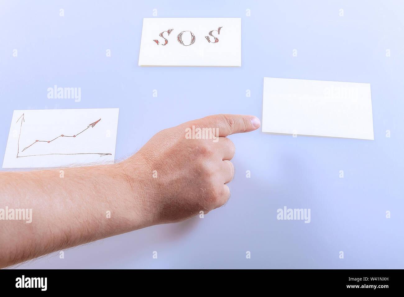 El dedo de la mano muestra una pegatina en blanco. Plantilla. Foto de stock