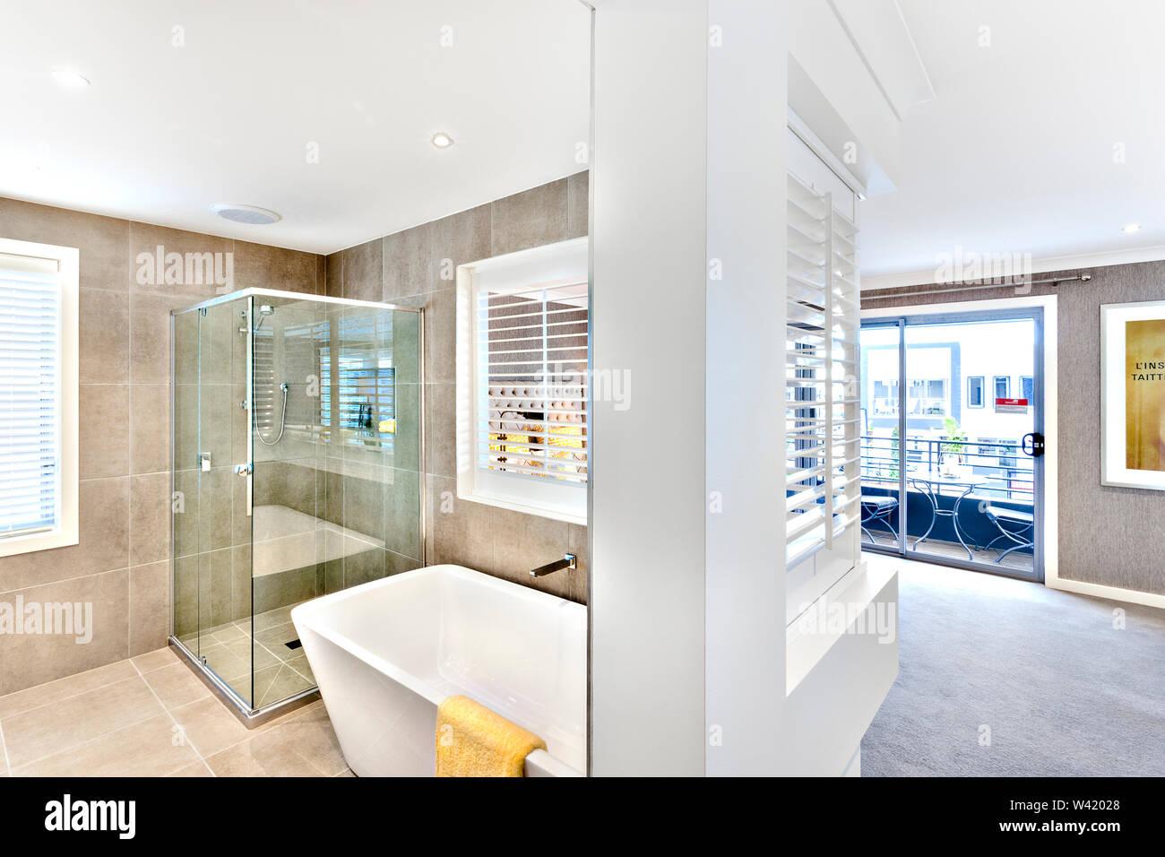 Baño moderno adjunto al pasillo para el exterior ventanas ...