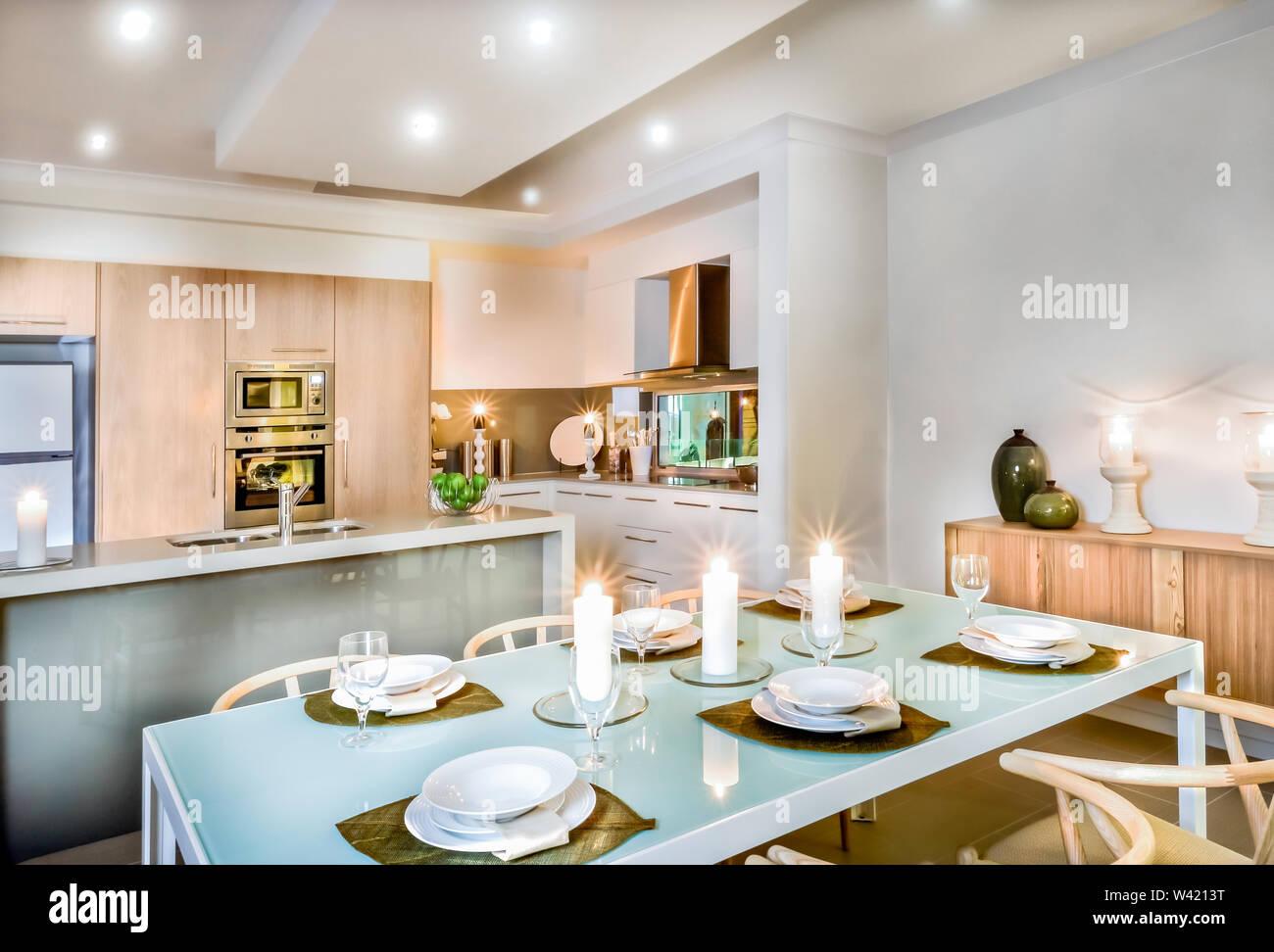 Cocina moderna y el comedor con velas por doquier, vasos y ...