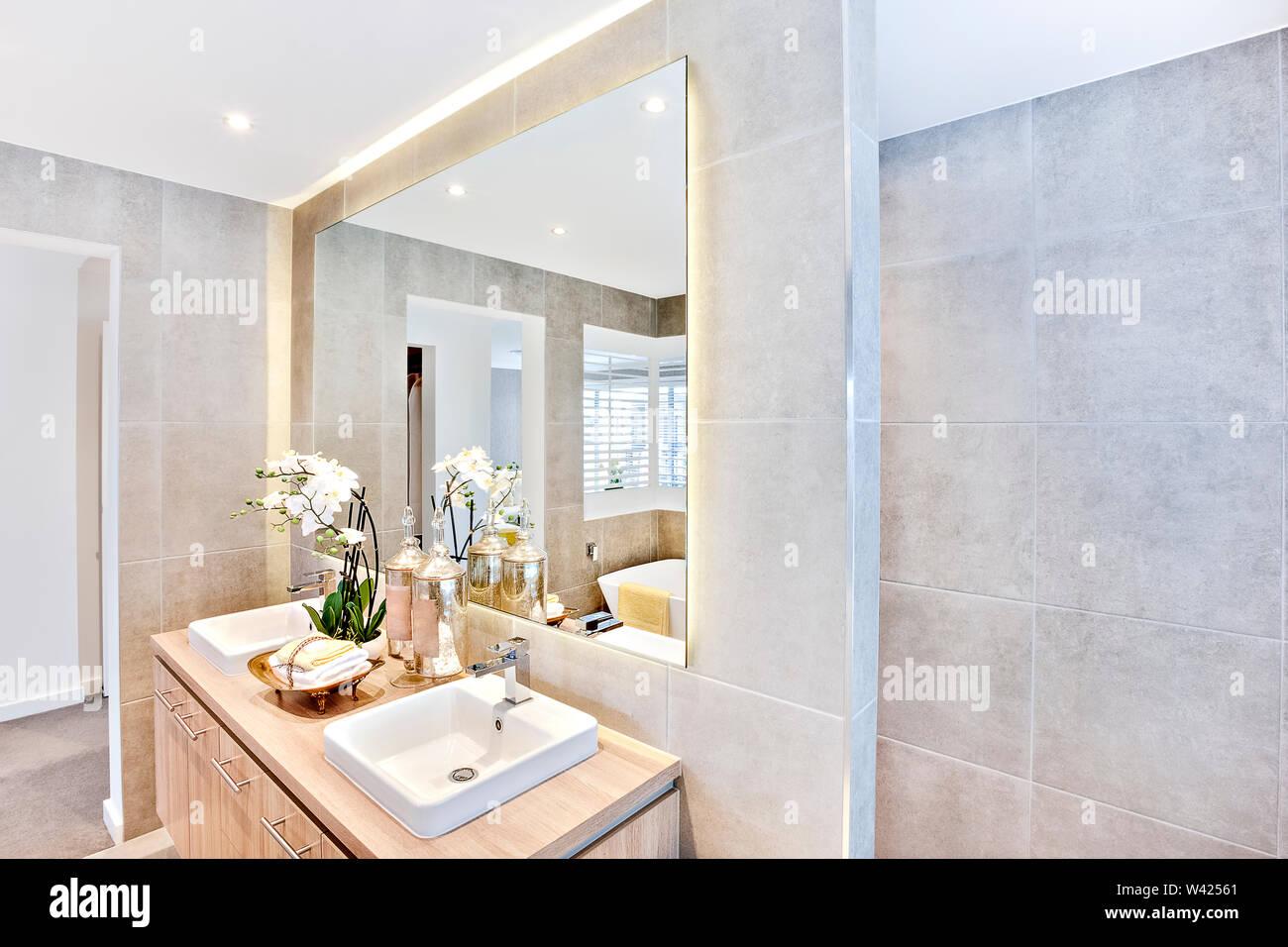 Cuarto de baño de lujo con espejo y jabón con frascos de ...