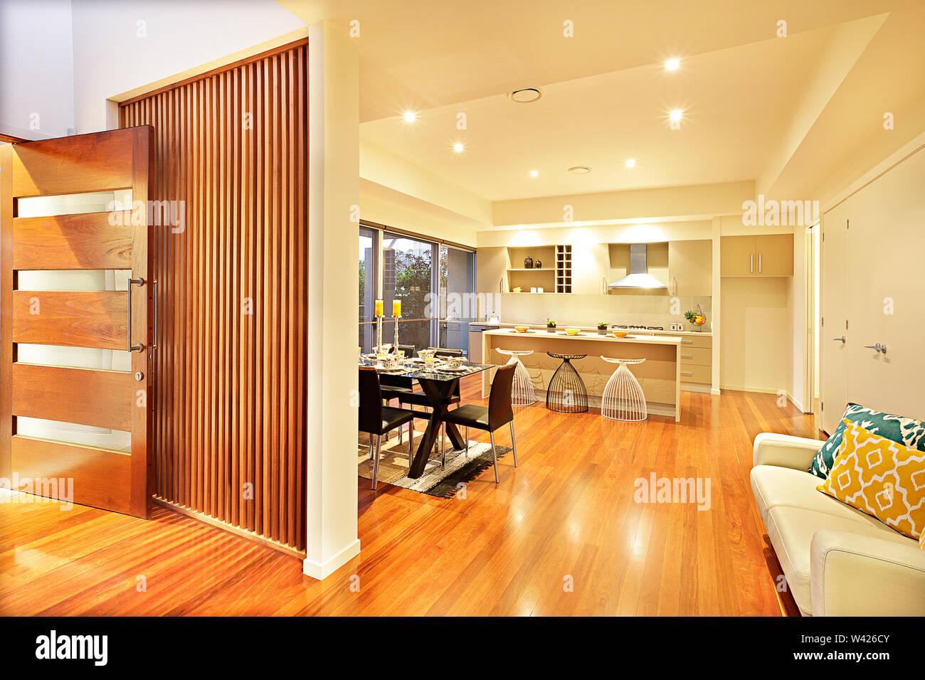 Cocina de lujo de diseño con suelo de madera y muebles, piso ...