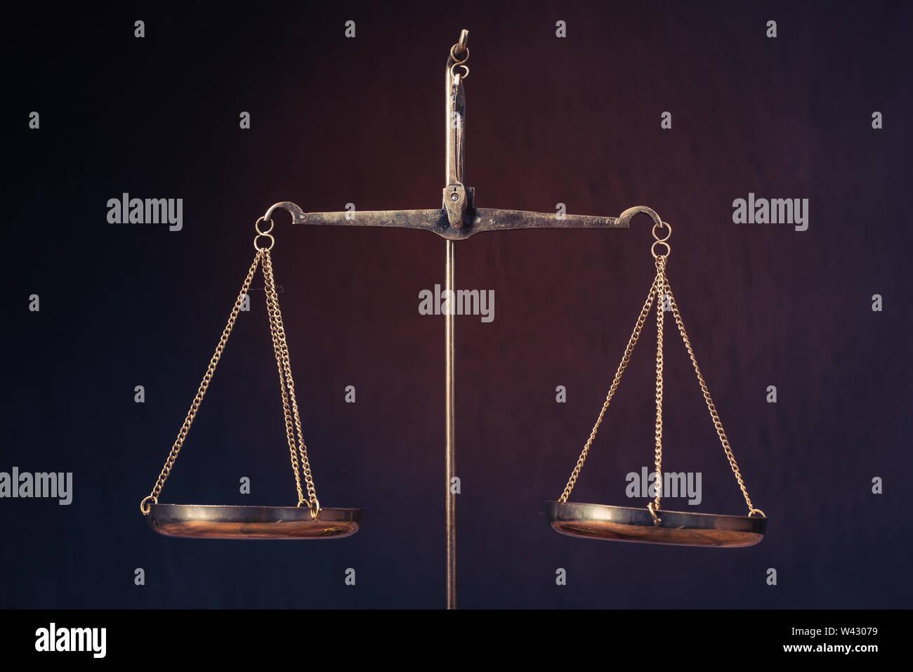 Ley escalas sobre tabla. Símbolo de la justicia - Imagen Foto de stock