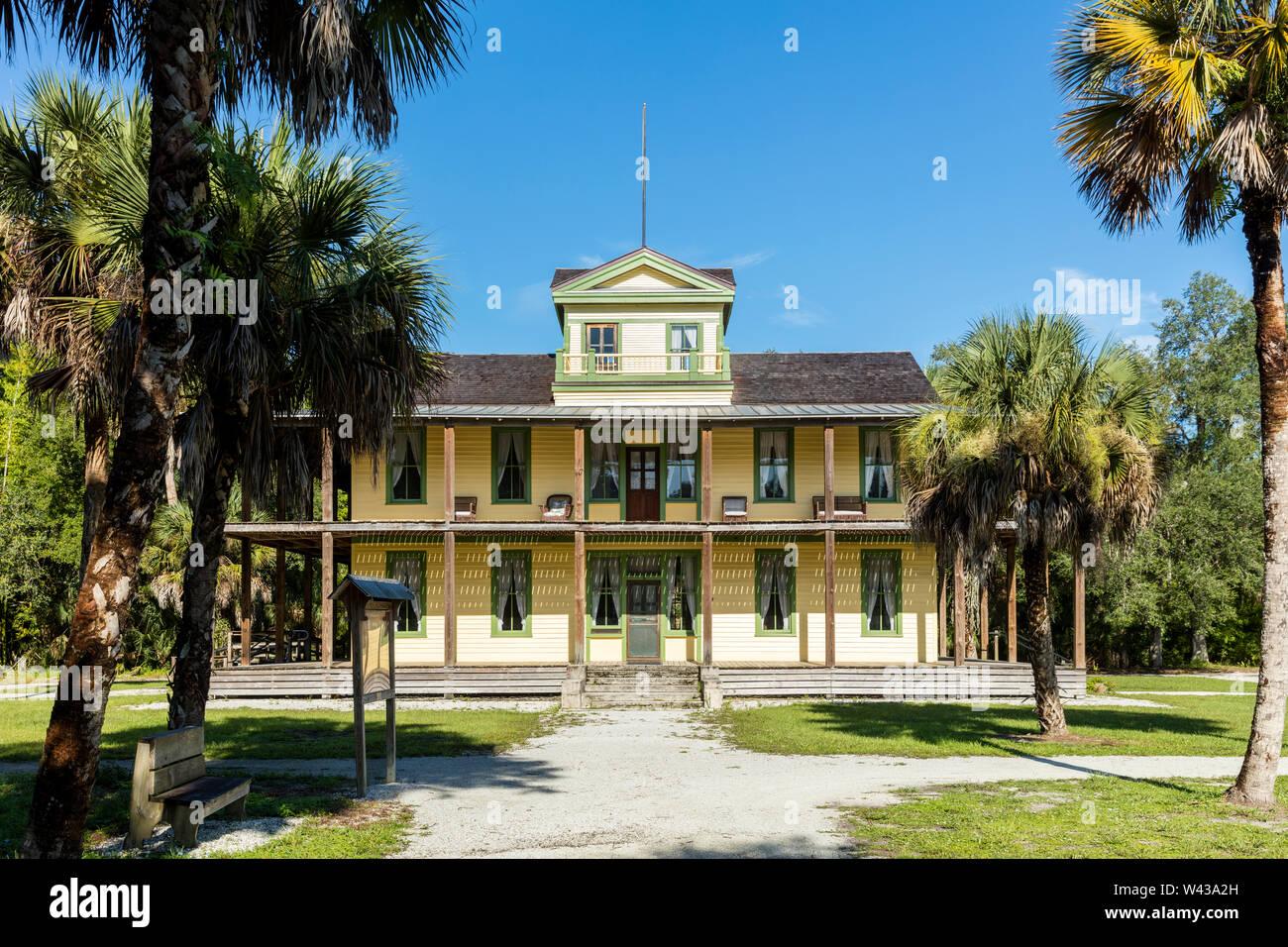 El edificio del Tribunal de planetarios (B). 1904) en los terrenos del asentamiento histórico Koreshan - una comuna utópica del siglo XIX, Estero, Florida, EE.UU. Foto de stock