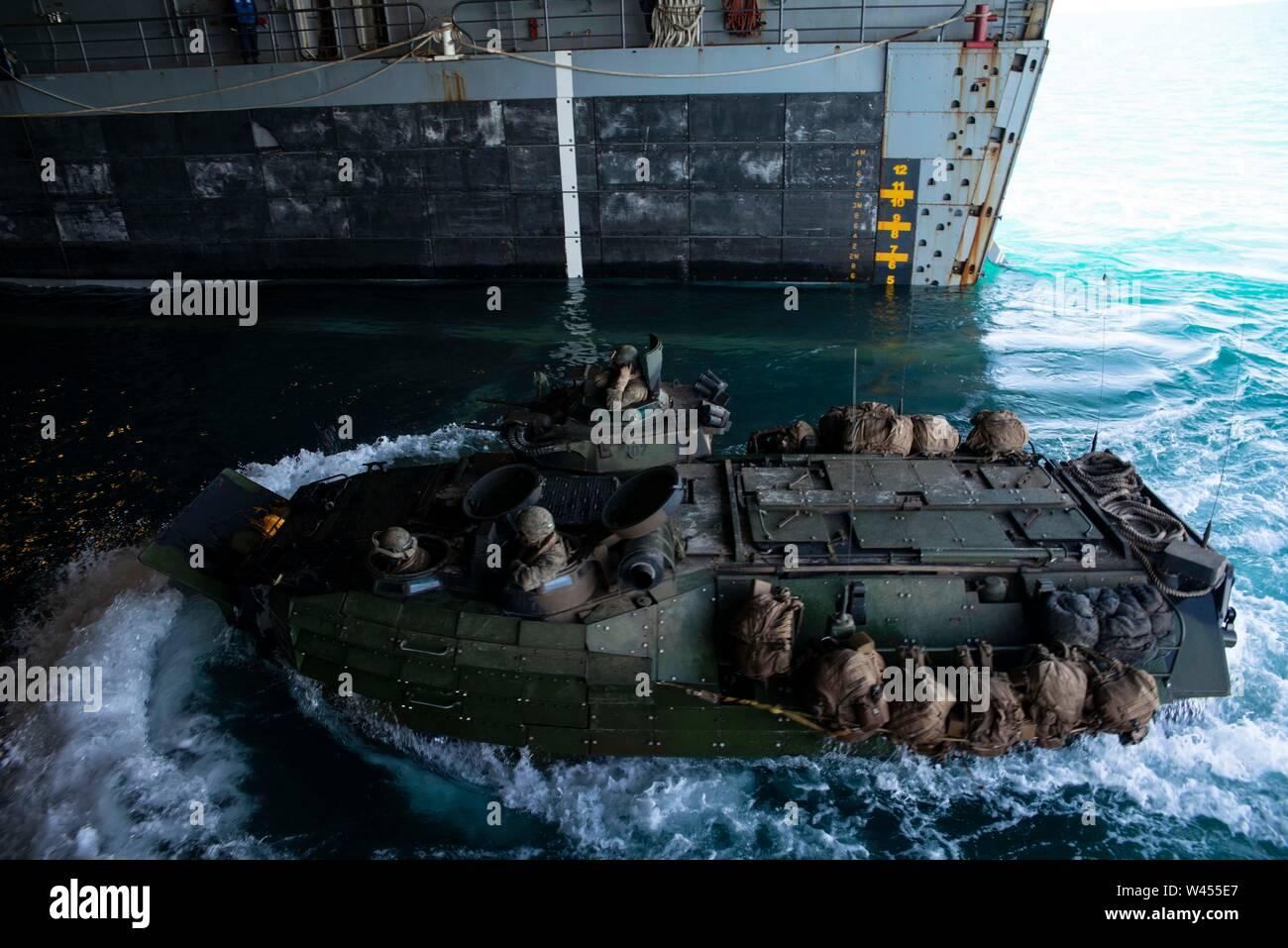 190718-N-DX072-1185 STANAGE Bay, Australia (18 de julio de 2019) un asalto anfibio (AAV), asignado a la 31ª Unidad Expedicionaria de los Infantes de Marina (MEU), entra en la cubierta del buque anfibio de transporte dock USS Green Bay (LPD 20). Green Bay, parte del Grupo de ataque expedicionario Wasp, embarcó con 31 MEU, está participando actualmente en Talisman Sabre 2019 frente a las costas del norte de Australia. A nivel bilateral, evento bienal, Talisman Sabre está diseñado para mejorar el entrenamiento de combate de EE.UU. y Australia, la disponibilidad y la interoperabilidad a través de realistas, la capacitación pertinente necesaria para mantener la región Foto de stock