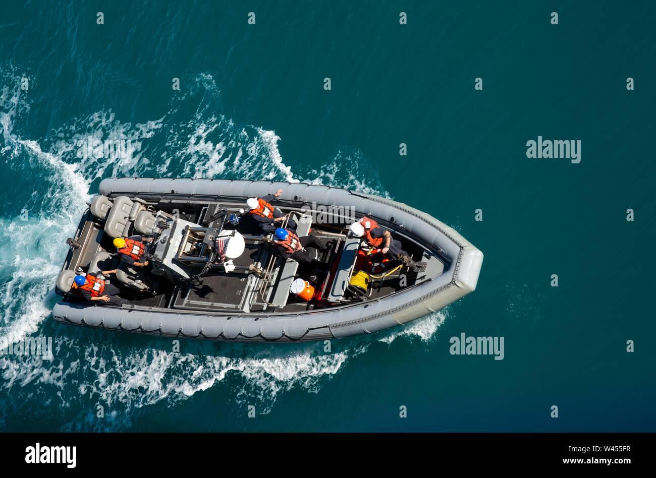 190718-N-DX072-1271 STANAGE Bay, Australia (18 de julio de 2019) Un Rigid-Hull bote hinchable (RHIB) se aproxima al dock buque anfibio de transporte USS Green Bay (LPD 20) para la recuperación. Green Bay, parte del Grupo de ataque expedicionario Wasp, iniciado con la 31ª Unidad Expedicionaria de la Marina, está participando actualmente en Talisman Sabre 2019 frente a las costas del norte de Australia. A nivel bilateral, evento bienal, Talisman Sabre está diseñado para mejorar el entrenamiento de combate de EE.UU. y Australia, la disponibilidad y la interoperabilidad a través de realistas, la capacitación pertinente necesaria para mantener la seguridad regional, la paz y la estabilidad. Foto de stock