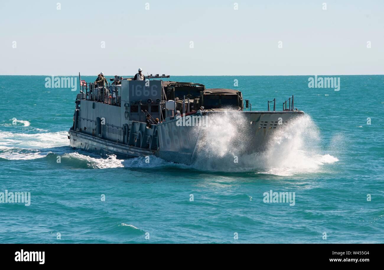 190719-N-DX072-1046 STANAGE Bay, Australia (19 de julio de 2019) Landing Craft, utilidad (LCU) 1666 enfoques así la cubierta del buque anfibio de transporte dock USS Green Bay (LPD 20). Green Bay, parte del Grupo de ataque expedicionario Wasp, iniciado con la 31ª Unidad Expedicionaria de la Marina, está participando actualmente en Talisman Sabre 2019 frente a las costas del norte de Australia. A nivel bilateral, evento bienal, Talisman Sabre está diseñado para mejorar el entrenamiento de combate de EE.UU. y Australia, la disponibilidad y la interoperabilidad a través de realistas, la capacitación pertinente necesaria para mantener la paz y la seguridad regional, stabilit Foto de stock