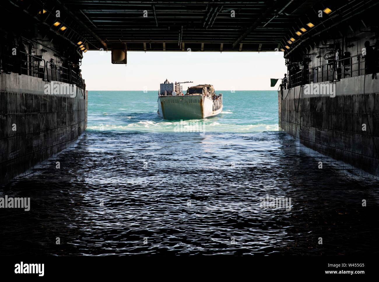 190719-N-DX072-1025 STANAGE Bay, Australia (19 de julio de 2019) Landing Craft, utilidad (LCU) 1666 sale bien la cubierta del buque anfibio de transporte dock USS Green Bay (LPD 20). Green Bay, parte del Grupo de ataque expedicionario Wasp, iniciado con la 31ª Unidad Expedicionaria de la Marina, está participando actualmente en Talisman Sabre 2019 frente a las costas del norte de Australia. A nivel bilateral, evento bienal, Talisman Sabre está diseñado para mejorar el entrenamiento de combate de EE.UU. y Australia, la disponibilidad y la interoperabilidad a través de realistas, la capacitación pertinente necesaria para mantener la seguridad regional, la paz y la estabilidad. Foto de stock