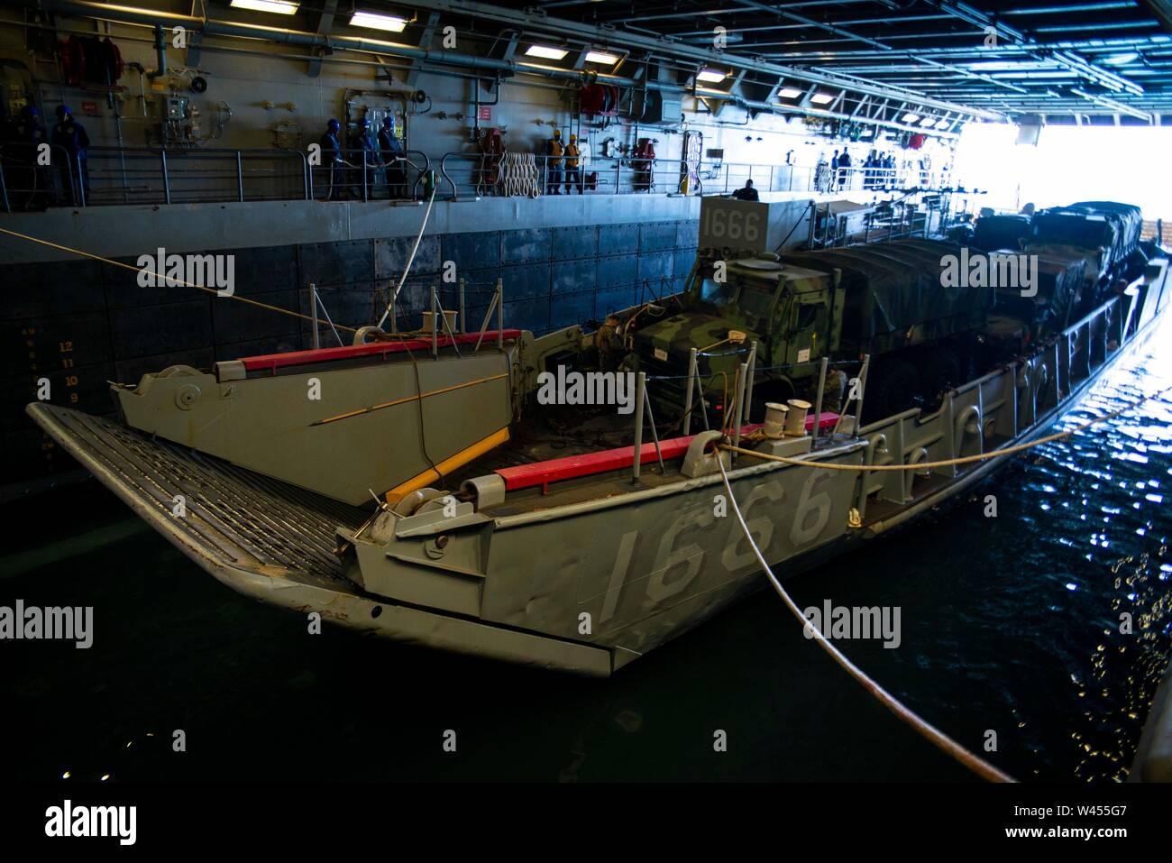 190719-N-DX072-1093 STANAGE Bay, Australia (19 de julio de 2019) Landing Craft, utilidad (LCU) 1666 entra en la cubierta del buque anfibio de transporte dock USS Green Bay (LPD 20). Green Bay, parte del Grupo de ataque expedicionario Wasp, iniciado con la 31ª Unidad Expedicionaria de la Marina, está participando actualmente en Talisman Sabre 2019 frente a las costas del norte de Australia. A nivel bilateral, evento bienal, Talisman Sabre está diseñado para mejorar el entrenamiento de combate de EE.UU. y Australia, la disponibilidad y la interoperabilidad a través de realistas, la capacitación pertinente necesaria para mantener la seguridad regional, la paz y la estabilidad. ( Foto de stock