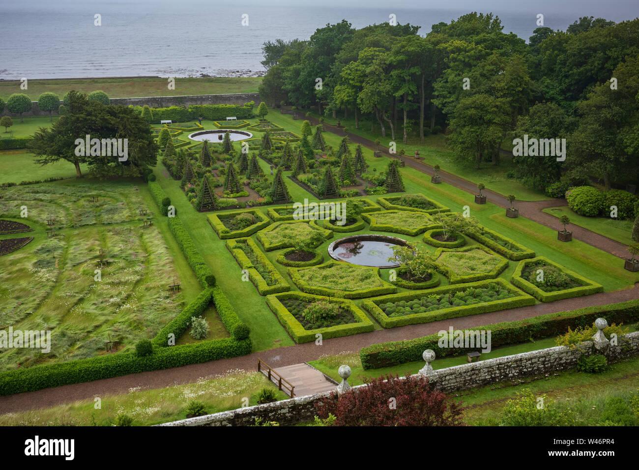 Los jardines de Dunrobin Castle, una casa solariega en Sutherland, en las Highlands escocesas a lo largo de la North-Coast-500. Foto de stock
