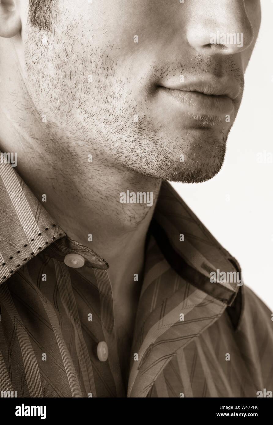 Cerca de la barbilla de un joven apuesto y jawline con vello facial rastrojo. Cuidado personal masculino y el cuidado personal características masculinas. Foto de stock