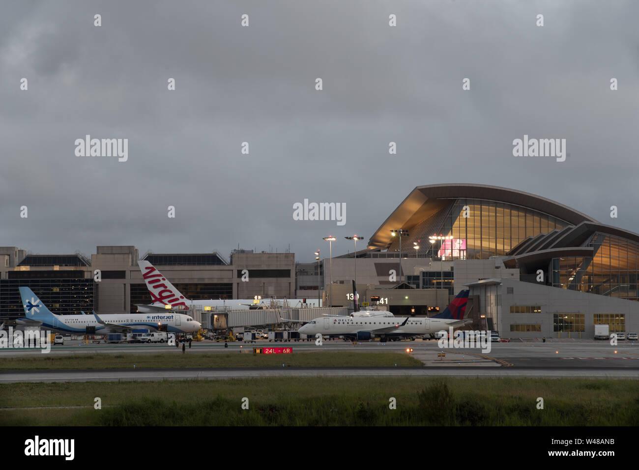 Imagen que muestra la terminal Tom Bradley en el Aeropuerto Internacional de Los Angeles, LAX. Foto de stock