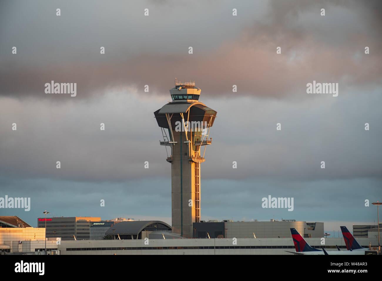 Imagen que muestra el Aeropuerto Internacional de Los Angeles, LAX, la torre de control. Foto de stock