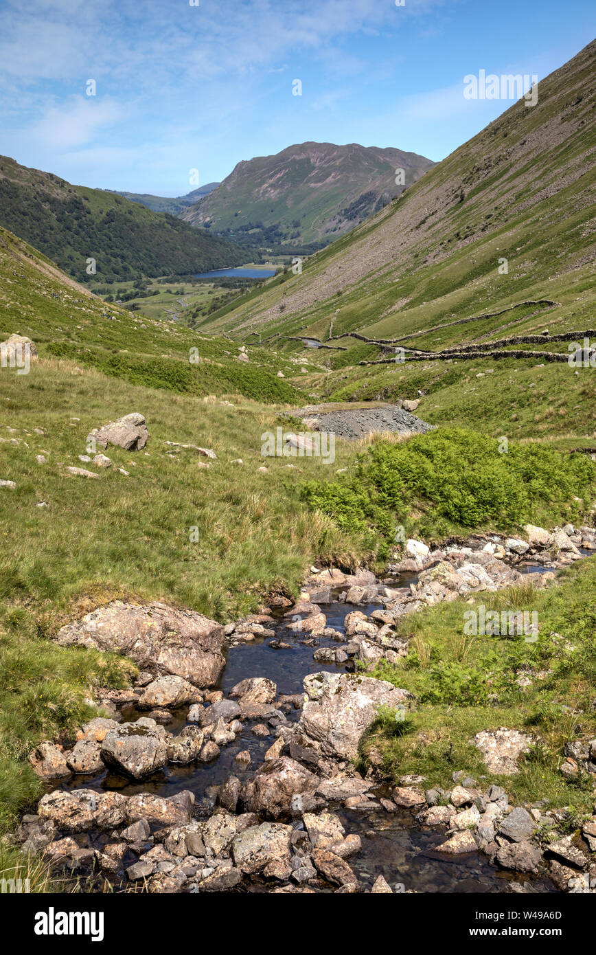 Beck kirkstone fluyendo kirkstone pass Lake District mirando hacia hermanos agua Foto de stock