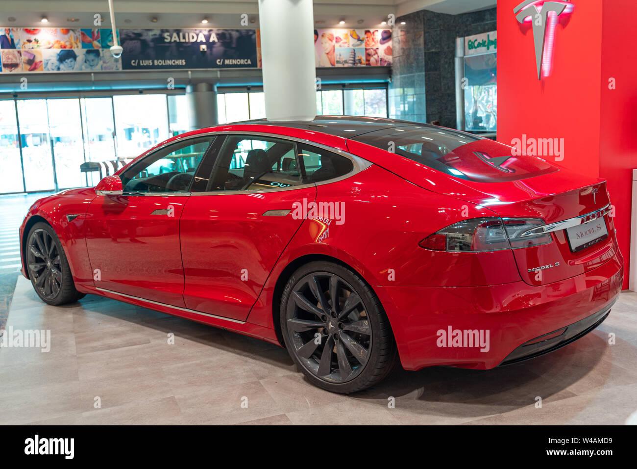 4dc766bc463b Valencia, España - Julio 21, 2019: modelo Tesla S coche eléctrico en ...
