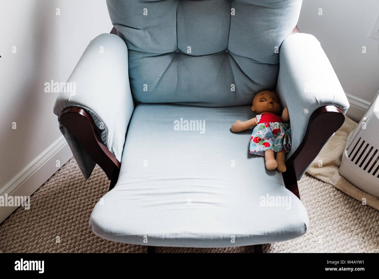 Muñeca izquierda detrás en silla Foto de stock