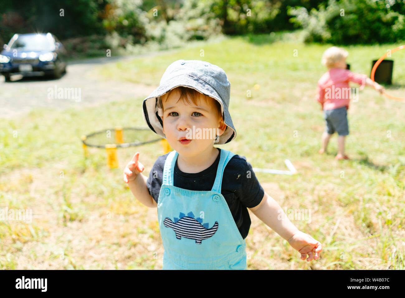 Recta en el retrato de una joven vistiendo un sombrero de cuchara Foto de stock