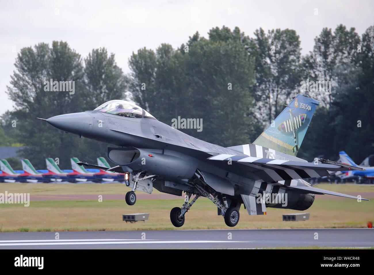 General Dynamics F-16 belgas en el Día-D colores aterrizar en el Royal International Air Tattoo RIAT 2019 a RAF Fairford, Gloucestershire, Reino Unido Foto de stock