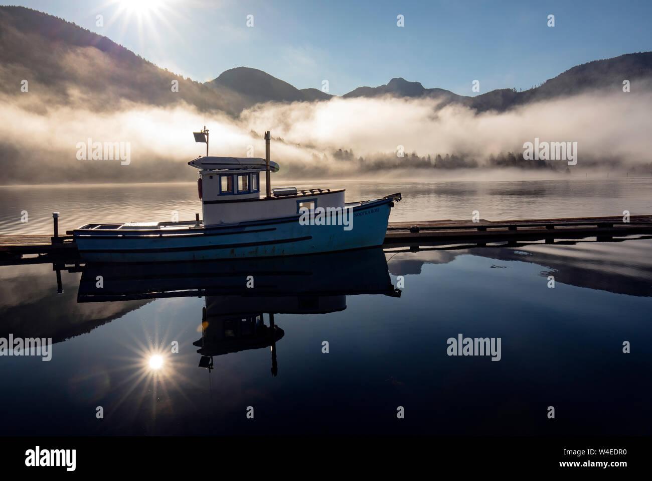 Barco de pesca reflexiones al amanecer - Westview Marina en Tahsis, cerca del Río de Oro, en la isla de Vancouver, British Columbia, Canadá Foto de stock