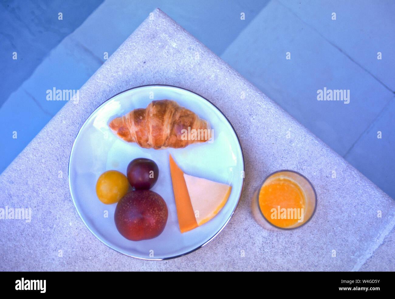 Los franceses mantienen su desayuno ligero. El pan, un alimento básico, jugo de naranja, frutas y quesos ocasionales son algunas de las opciones. Foto de stock