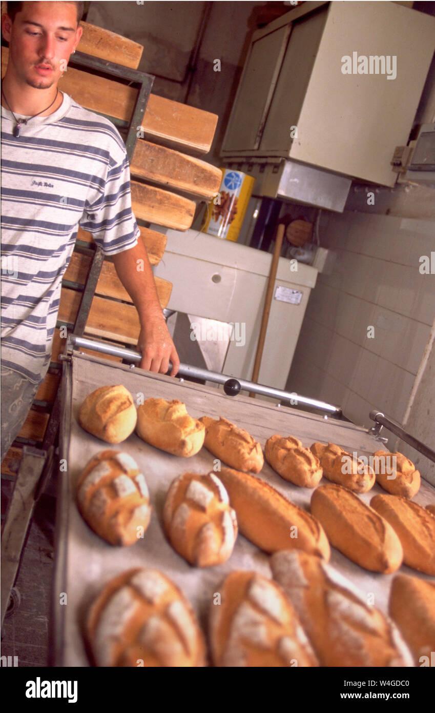 Panaderos franceses despertar al alba para preparar pan recién horneado y pasteles de la ciudad las necesidades de alimentos. Croissants y baguettes debe estar listo en la mañana. Foto de stock