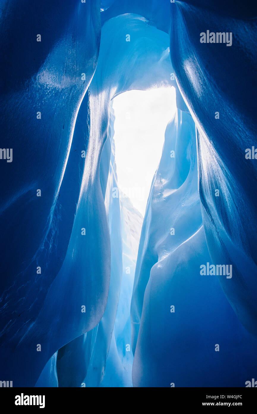 Hielo azul en una cueva de hielo en el glaciar Fox, Isla del Sur, Nueva Zelanda Foto de stock