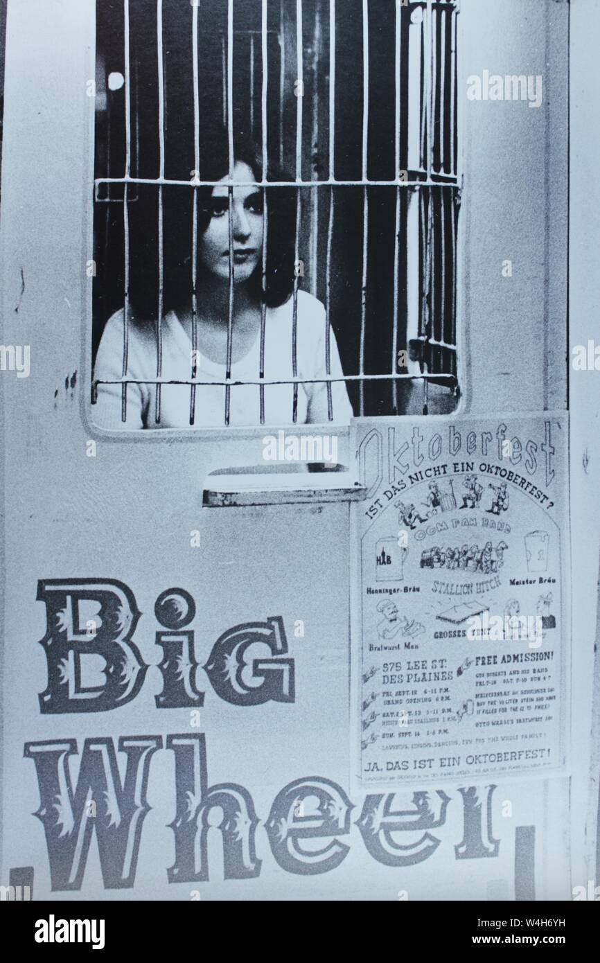 Fino arte fotografía en blanco y negro de una mujer carnival ride trabajador desde los 1970s, carny. Foto de stock