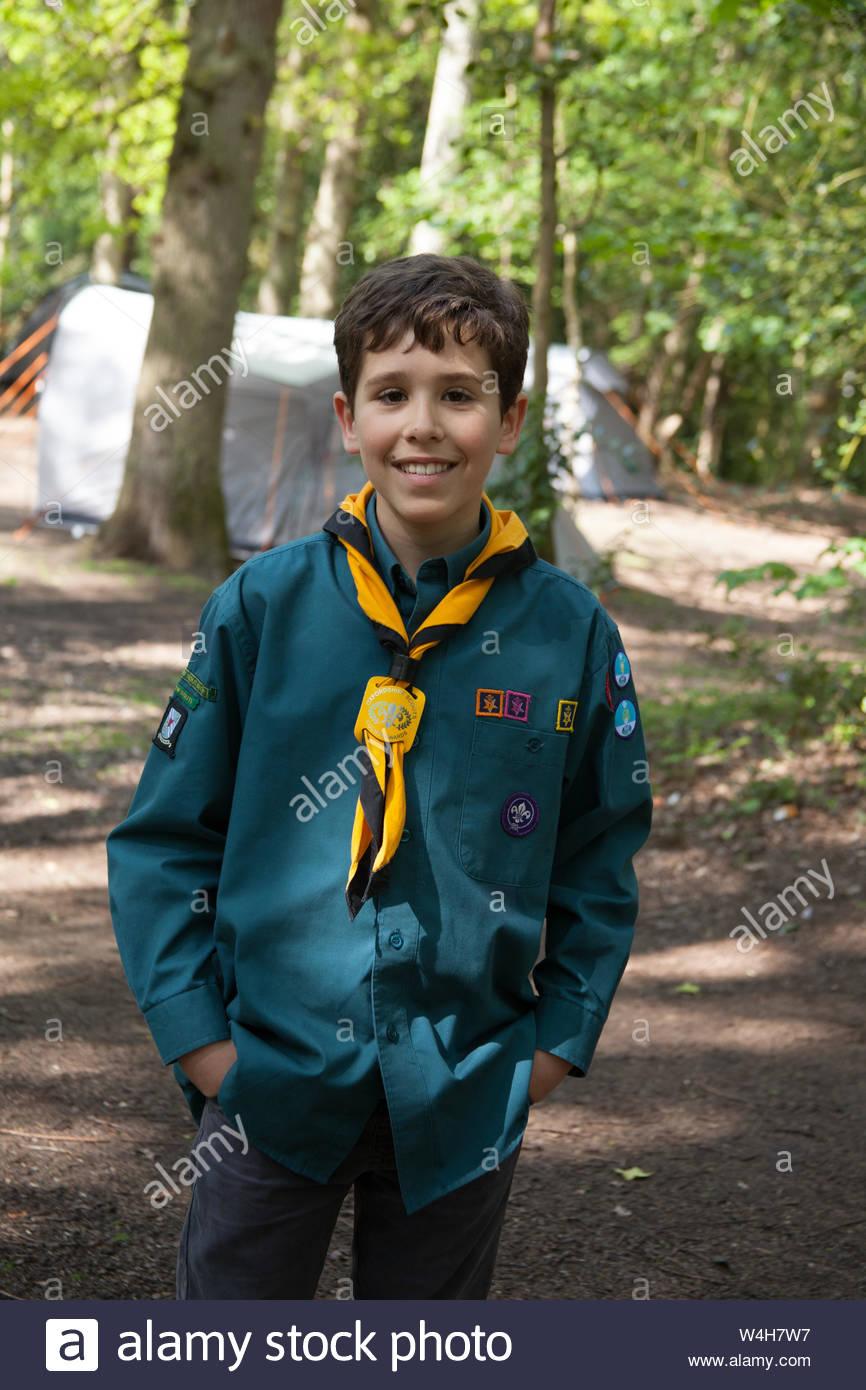 Un niño en un campamento scout en Inglaterra Foto de stock