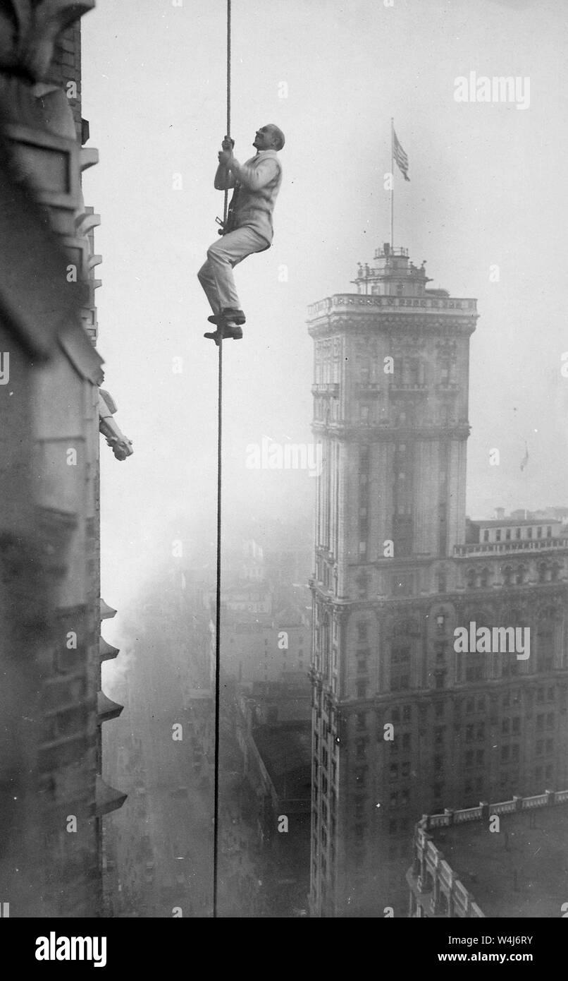 El hombre conocido como el 'humana' de ardilla de escalada para beneficiarse de los fondos de alivio de la guerra en Times Square, Nueva York. Circa 1918 Foto de stock