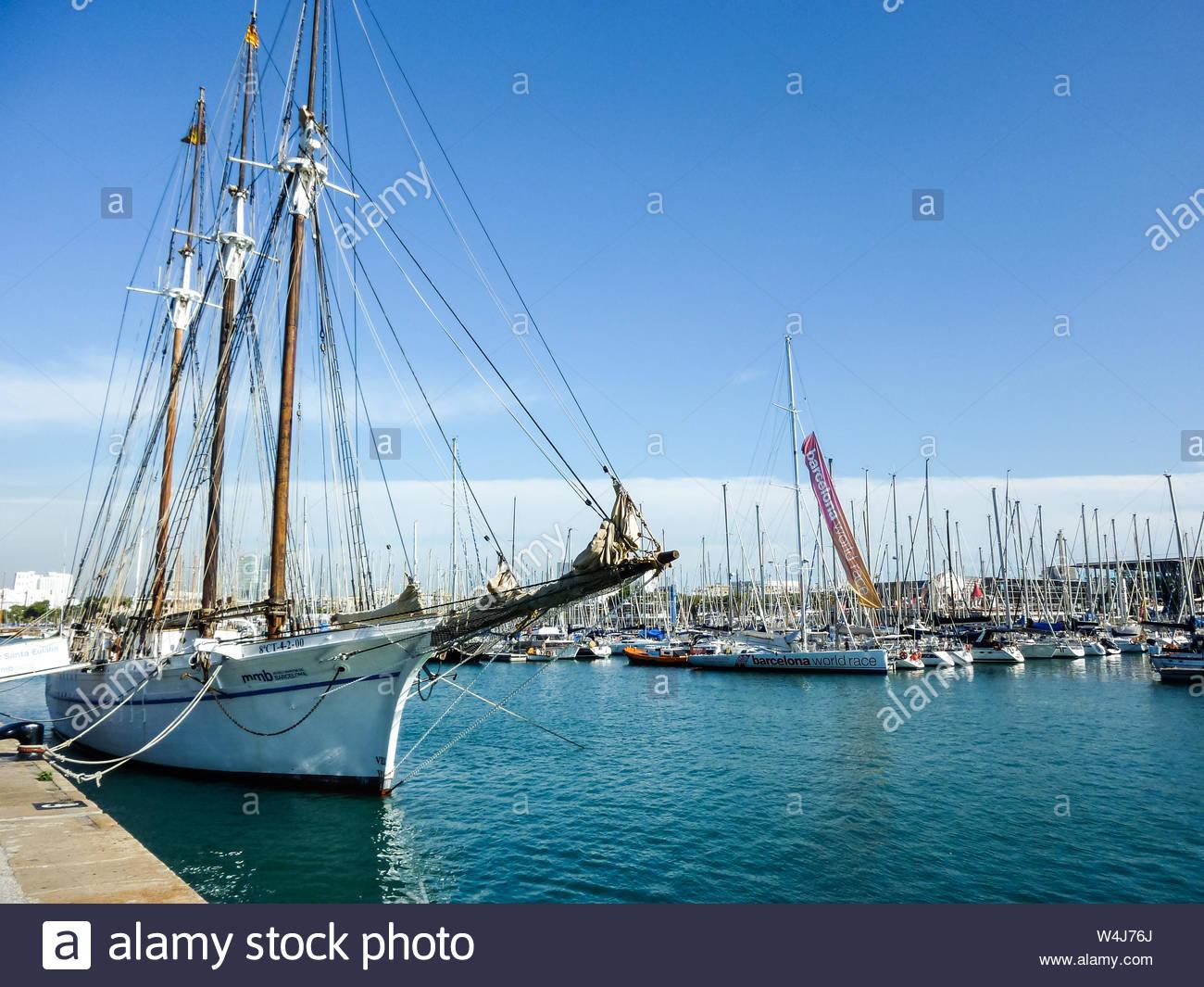 Alrededor de la ciudad de Barcelona, España, barcos en el puerto Foto de stock