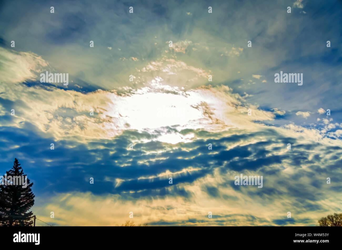 La Canción Y Danza Entre El Sol Y Las Nubes Para Crear Un Espectacular Cielo Nocturno Fotografía De Stock Alamy