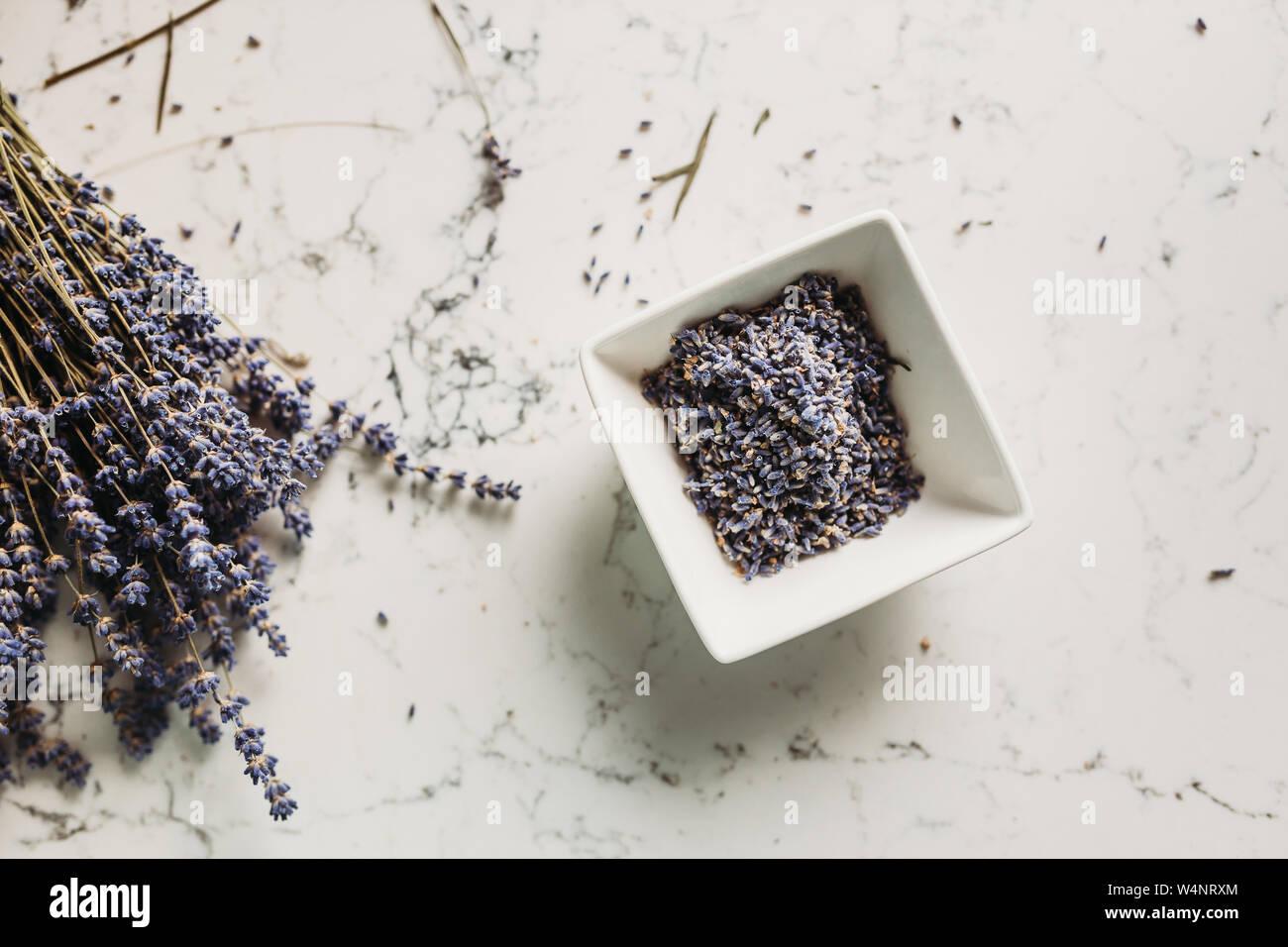 Capullos de lavanda seca en cuenco de cerámica en la cocina Foto de stock