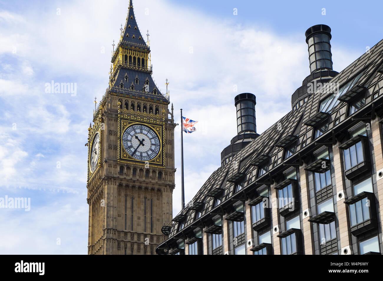 Westminster, Londres, Reino Unido, 22 de mayo de 2017, el Big Ben y Portcullis House, las oficinas de la administración para el parlamento británico y MP y su personal Foto de stock